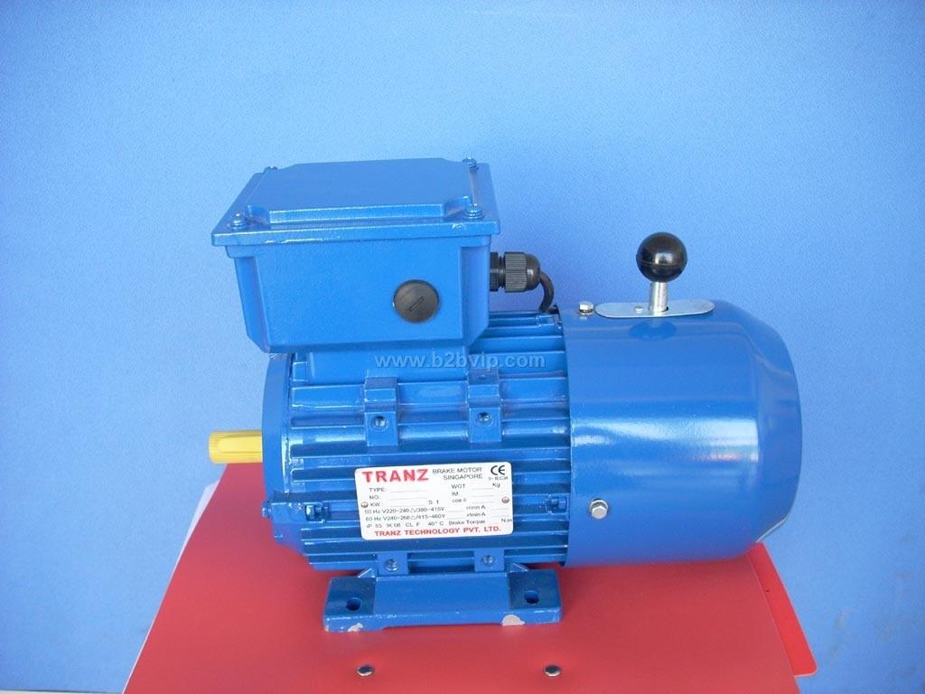 TRANZ电磁失电制动电动机,均采用进口Emco dynatorq电磁失电制动器BFK458系列(制动力矩可调),及进口整流子。该制动器为欧洲(Simplatroll)专利,组合式模块化设计。定位准确及惯量少,结合德国三十多年生产制造技术经验,刹车片原材料无金属疲劳,使用寿命长,符合DIN标准。刹车次数可高达1,000,000次后调整一次。制动器能够实现电机失电后快速制动,且每个制动器均配手动释放手柄,当电源切断后,可手动释放刹车。当接通电源时,制动器即松开。