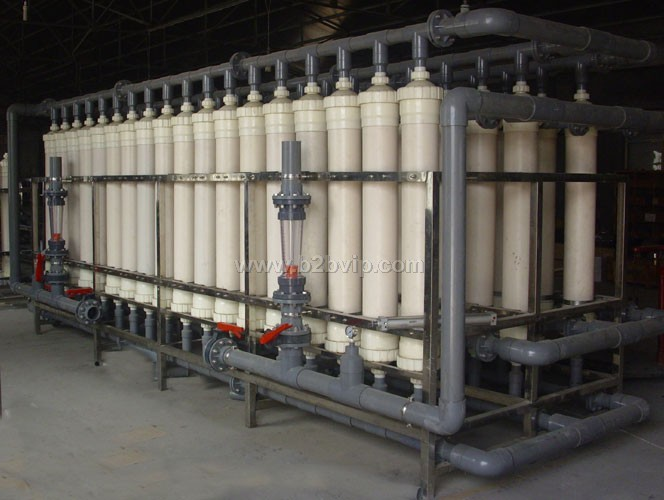 UF--系列高效超滤装置 超滤(UF)是一种筛孔分离过程,超滤膜具有一定大小和形状的孔,在压力作用下,溶剂和小溶质粒子透过膜而到达低压侧,大粒子组分被膜阻挡。在以压力差为推动力的传递情况下,根据膜孔径来选择分离溶液中所含的微粒或大分子。溶剂的渗透流率与膜的多孔率,孔径,溶液的粘度,溶剂量在膜中的扩散曲折途径,膜厚和膜上、下侧压力差等因素有关。超滤主要用于从液相物质中分离大分子化合物(蛋白质,核酸聚合物、淀粉、天然胶、酶等),胶体分散液(粘土、颜料、矿物料、乳液粒子、微生物),乳液(润滑脂-洗涤剂以及油-水